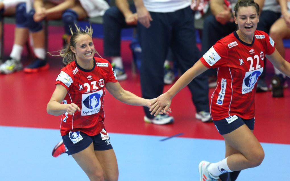Camilla Herrem og Amanda Kurtovic er fornøyd med seier mot Kroatia. Foto: Vidar Ruud / NTB scanpix