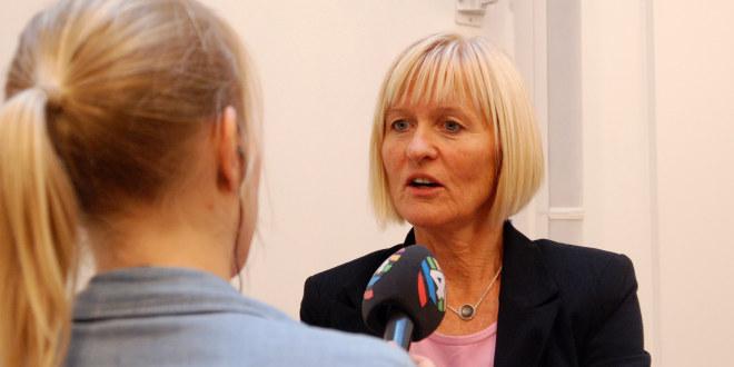 Ragnhild Lied intervjues av journalist