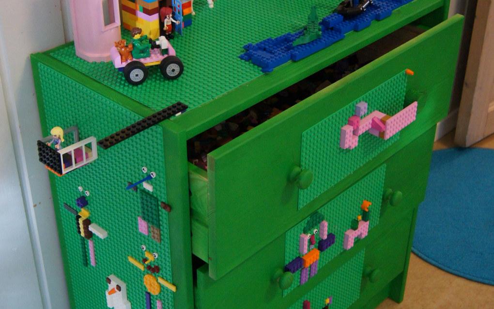I legokommodens skuffer kan du legge klosser, plater og bruksanvisningene, for dem som liker å bla i dem. Når kommoden ikke er i bruk står skuffene i kommoden, men så snart det er tid for lek kan de tas ut og settes på golvet. På finn.no kan du utvide beholdningen hvis dere har litt for få klosser i barnehagen. Foto: Trude Anette Brendeland