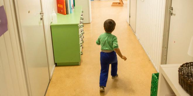Barn som løper i gangen i en barnehage.