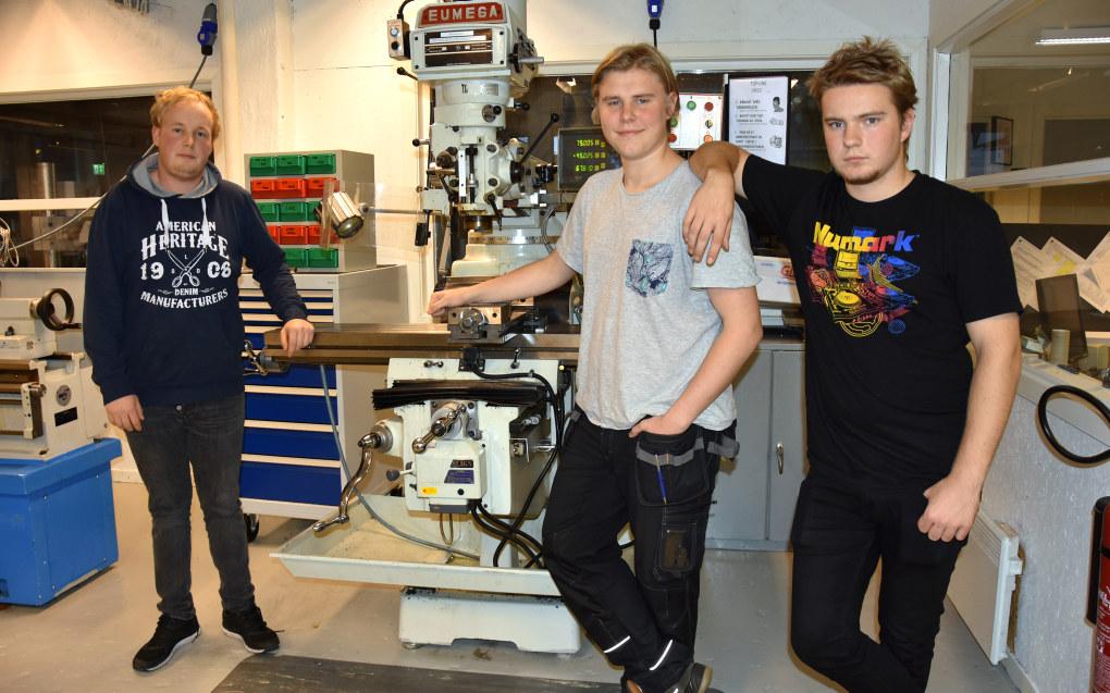 Nichlas Halvorsen Richter, Jonas Kristiansen og Eskild Hagen Andersen har både fått mer respekt for den blåhvite arbeideren og større interesse for matindustrien etter et tverrfaglig prosjekt på Glemmen. Foto: Wenche Schjønberg