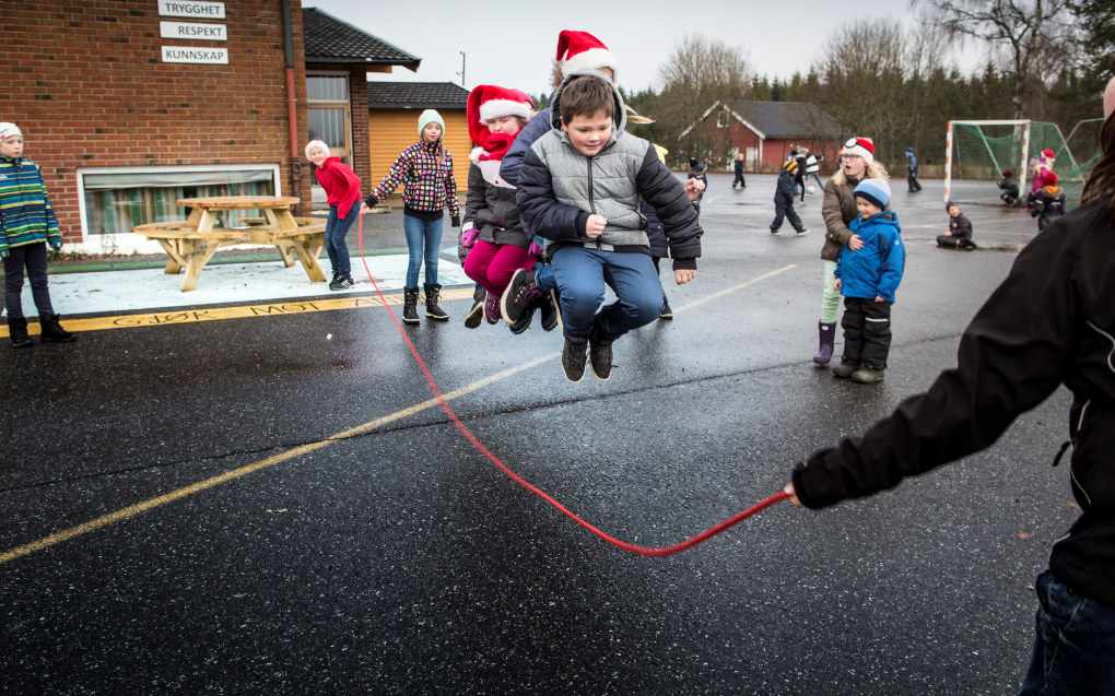Det er friminutt på Trømborg skole, og leken er i full sving. I dag trenger ingen å sitte på vennebenken. Foto: Tom-Egil Jensen