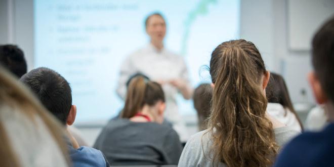 Undervisning i klasserom, lærer underviser elever.