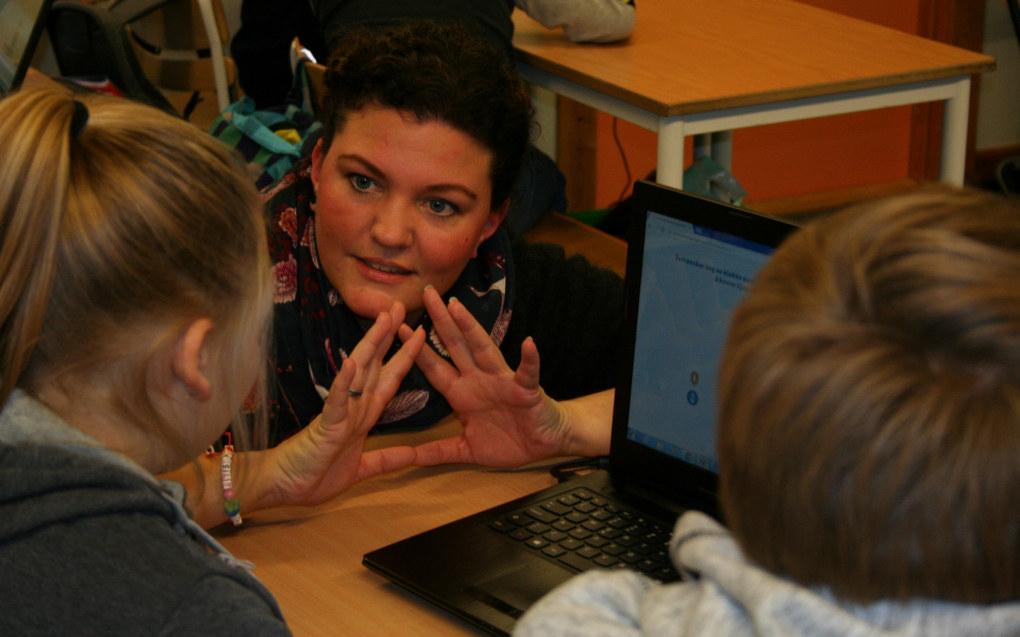 Miriam Kjelsberg tar fingrene til hjelp når hun underviser femteklassingene om privatøkonomi. Hun er godt fornøyd med læringsverktøyet Lærepenger. Foto: Kjersti Mosbakk