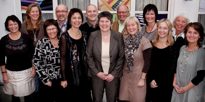 Gruppebilde av tretten personer som smiler. De utgjør sentralstyret i Utdanningsforbundet 2009-2012