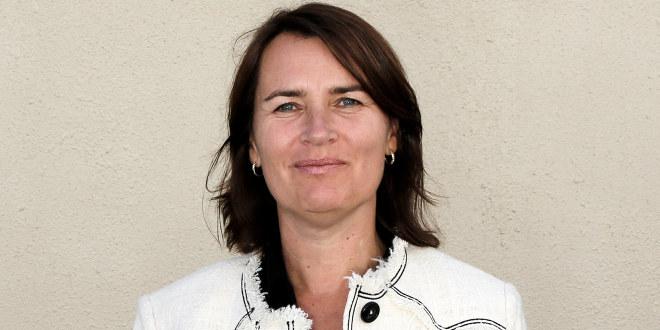 Hege Valås, nestleder i Utdanningsforbundet smiler avmålt.