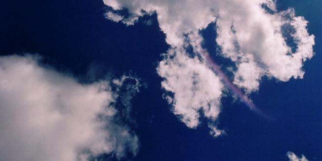Skyer foran blå himmel