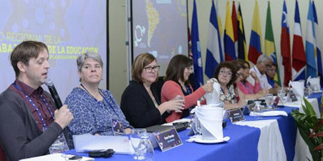 Representant for Utdanningsforbundet, Rune Fimreite, holder innlegg på møte i EIs kvinnenettverk i Costa Rica, 2015.
