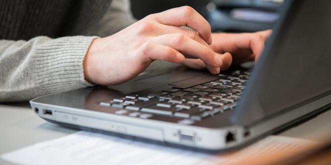 Fingre på PC-tastatur