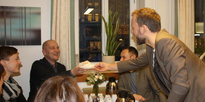 Steffen Handal overrekker kake til Audun Lysbakken