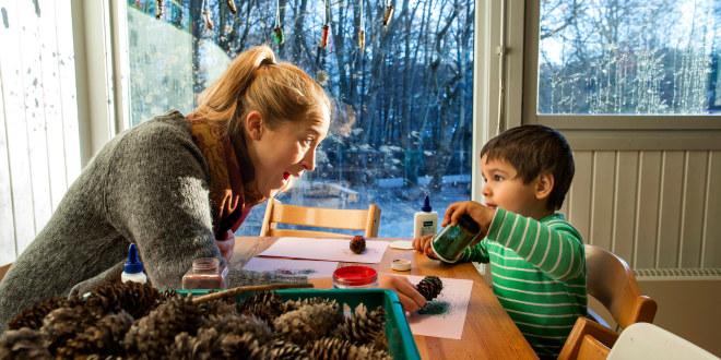 Barnehagelærer med gutt