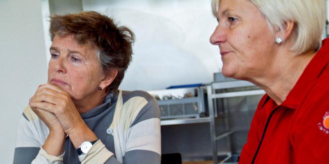 To damer som ser tankefullt ut i lufta