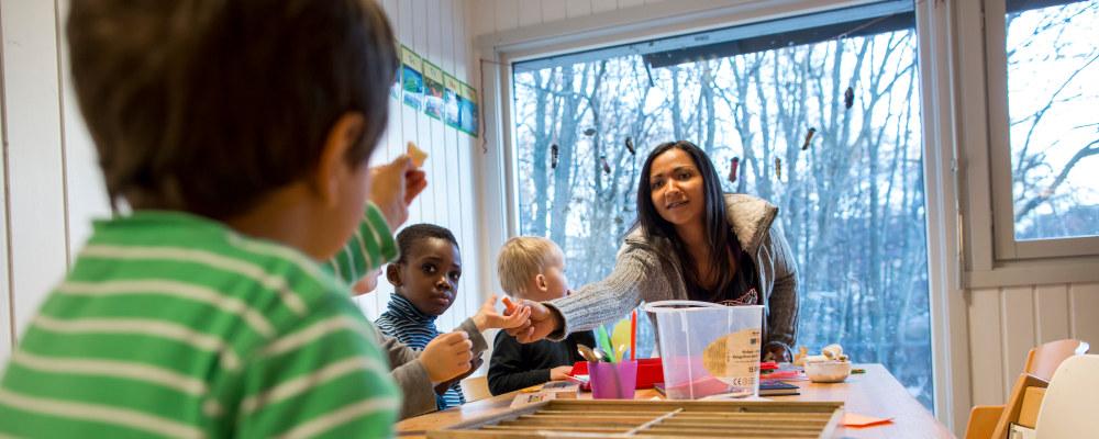 Barnehagelærer med barn