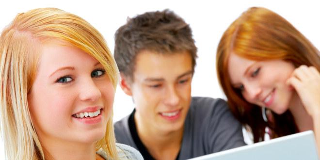 bilde av to kvinnelige og en mannlig student