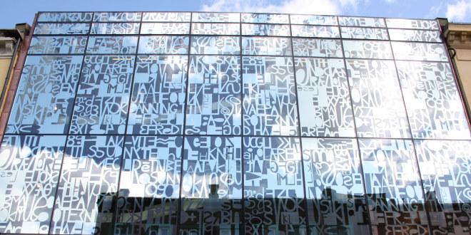 Bilde av en glassfasade med bokstaver