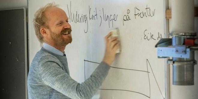 Mann som skriver på en tavle