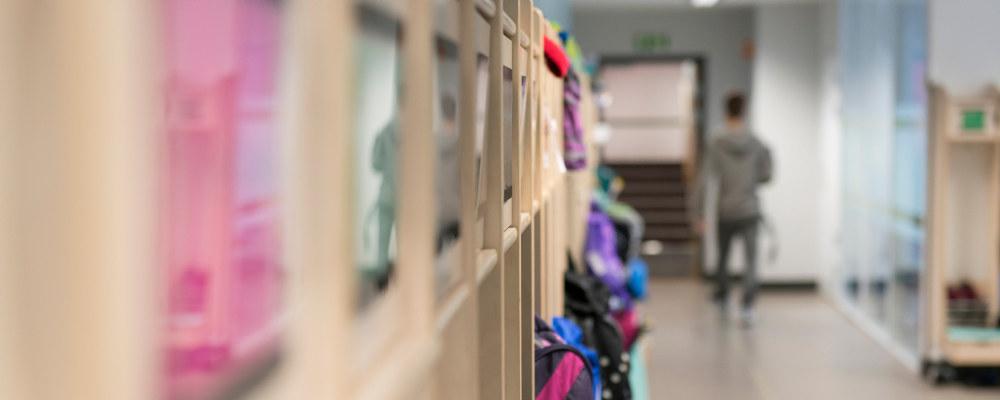 Korridor på barneskole. Diffust bilde av lærer som går i gangen.