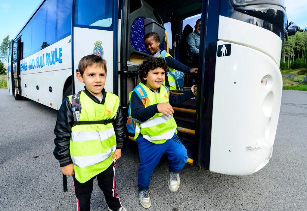Barna fra Lakkegården barnehage i Oslo, avdeling Full rulle, har egen buss som kjører dem ut på tur i Oslo-marka fire dager i uka. Abdullah (6) (f.v.), Youssef (5) og Salaahudiin (5) er klare for en dag i skogen. Foto: Tore Fjeld