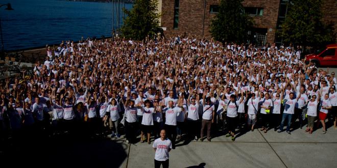 En stor gruppe mennesker som strekker armene i været. De har t-skjorter med teksten Lærerne streiker på.