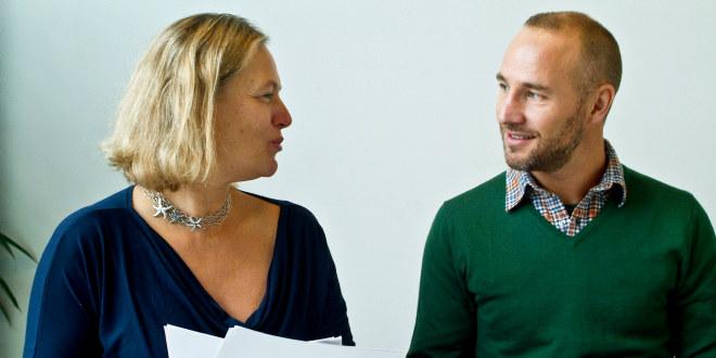 Mann og dame som prater sammen i en klassesituasjon