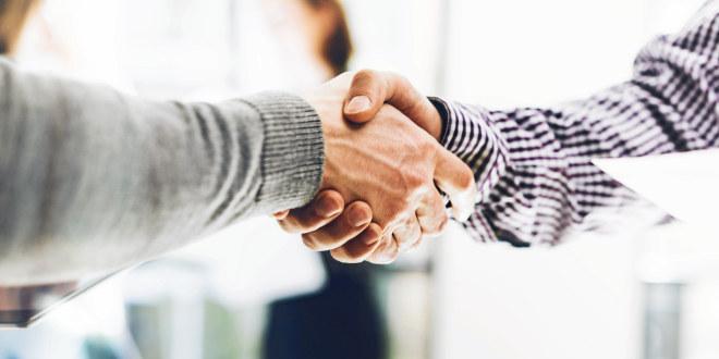 To stykker som tar hverandre i hånden, som om de akkurat har gjort en avtale