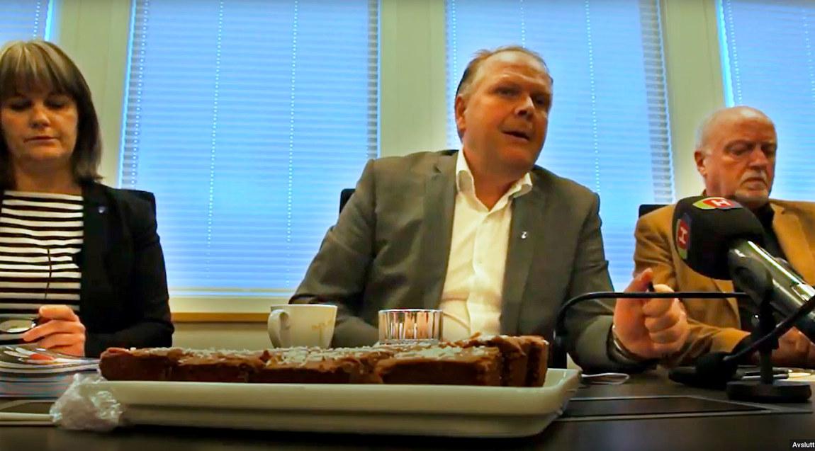 Ordfører i Tysvær, Sigmund Lier, er flankert av (t.v) kommunens helse- og forebyggingssjef, Jorid Vea Isdahl og krisepsykolog Jakob I. Kristoffersen. Foto: Sonja Holterman