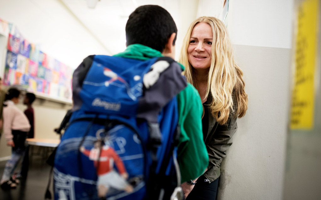 Lærer Sille Hansen ved Ila skole i Trondheim hilser på en elev som en del av det daglige rutialet. – Det er elevene som er viktige, ikke vår stolthet som lærere, sier hun. Foto: Ole Martin Wold