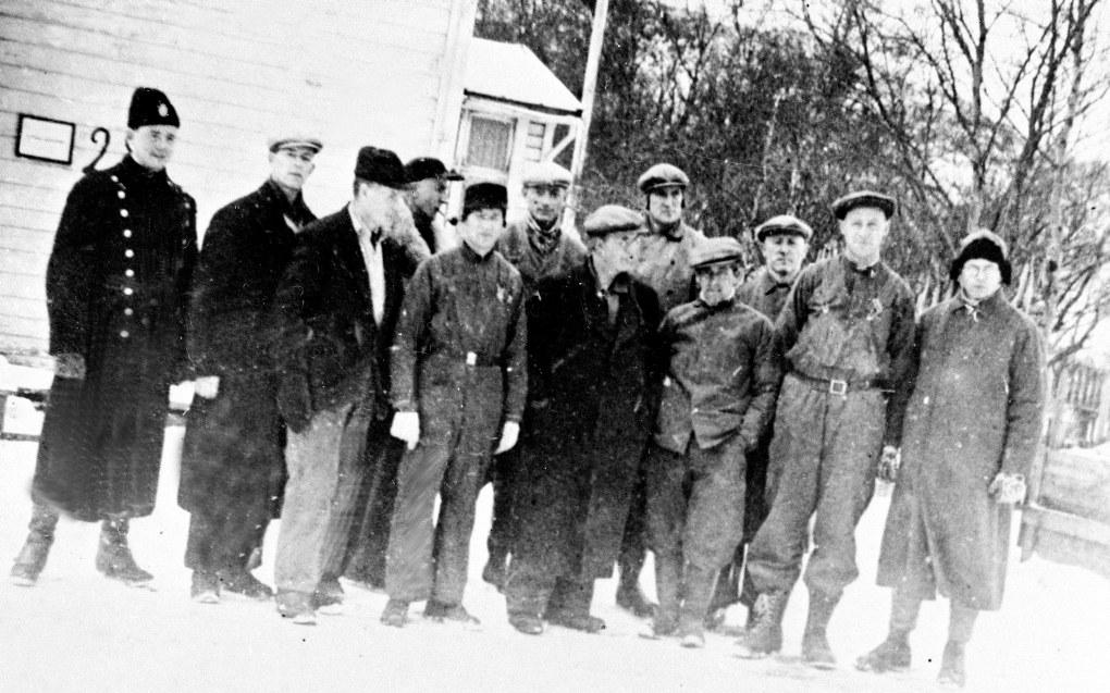 Norske lærere ble arrestert for motstand mot nazifiseringen av den norske skolen. Her er 11 arresterte lærere på tvangsarbeid i Kirkenes våren 1942, den såkalte