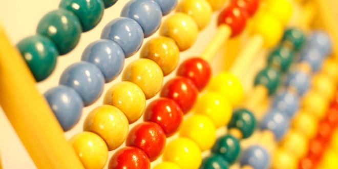 Vi ser en tradisjonell kulramme laget i tre, med kuler i ulike farger.