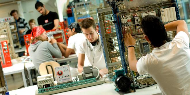 En gruppe menn som jobber åp maskiner med ledninger