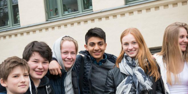 Gruppebilde av seks smilende ungdommer