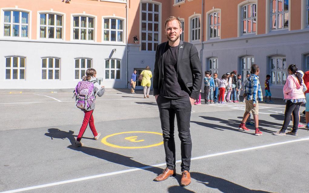 SV-leder Audun Lysbakken mener forslaget fra Arbeiderpartiet om lærertetthet, ikke er godt nok. Her er han på Tøyen skole i 2015. Foto: Torstein Bøe / NTB scanpix