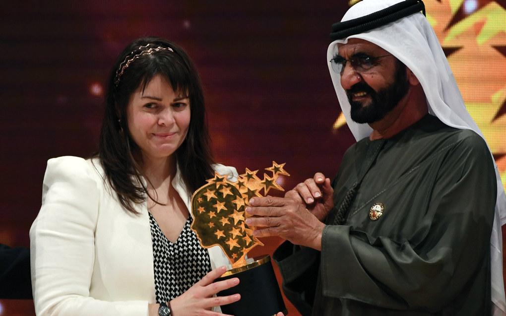 Canadiske Maggie MacDonnell er kåret til vinner av årets Global Teacher Prize. Her mottar hun prisen av Dubais hersker Sheikh Mohammed bin Rashid Al Maktoum. Foto: AP / NTB Scanpix