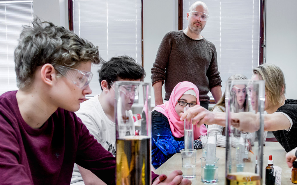 Hos naturfagslærer Einar Berggren Hansen er det laboratorieøvelse. Elevene Patrick Nygaard, Lukas Maslanka, Fatima Ali, Elise Degnes, Kristupas Zvirblis og Miriam Lieblein har påvist druesukker i en løsning. Tidligere har de målt hvordan blodsukkeret stiger når man drikker brus sammenlignet med mindre sukkerholdige drikkevarer. Mer vekt på praktisk opplæring er en del av suksessoppskriften til Kruseløkka ungdomsskole i Sarpsborg. Foto: Tom-Egil Jensen