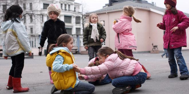 Barn som leker i skolegård