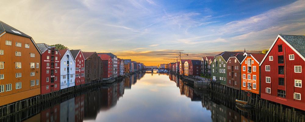 Solnedgang over nidelva i Trondheim sentrum.