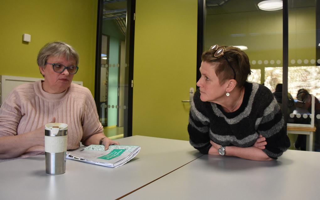 Lærerne Grethe Malnes og Marit Arnøy mener hver krone som brukes på prosjektet å få elevene til England, er verdt det. Foto: Wenche Schjønberg