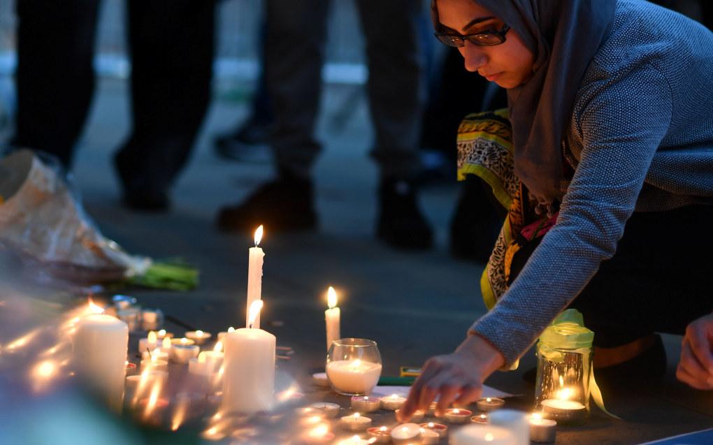 Norske skoleelever på Erasmus +-prosjekter og skoleturer kan ufrivillig bli rammet av terrorangrep. Bildet er fra Manchester i England,  der 22 mennesker mistet livet og 64 ble skadd i bombeeksplosjonen 22. mai. Foto AFP / NTB Scanpix
