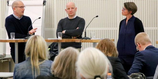 Fra Utdanningsforbundets seminar om høyrekstremisme: Bilde fra salen med paneldeltagerne fra venstre: Steffen Handal, Oliver Decker og Elisabeth Ivarsflaten