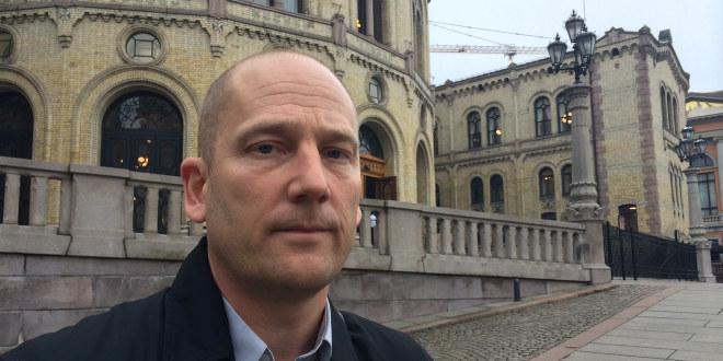 En alvorlig Steffen Handal med Stortingsbygningen i bakgrunnen.