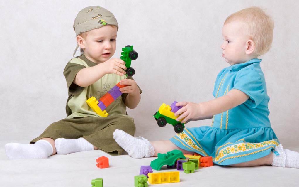 Barn har behov for å erfare trygghet (vertikale relasjoner), men de trenger også erfaringer fra å stå på egne bein (horisontale relasjoner), skriver artikkelforfatteren. Foto: Fotolia.com