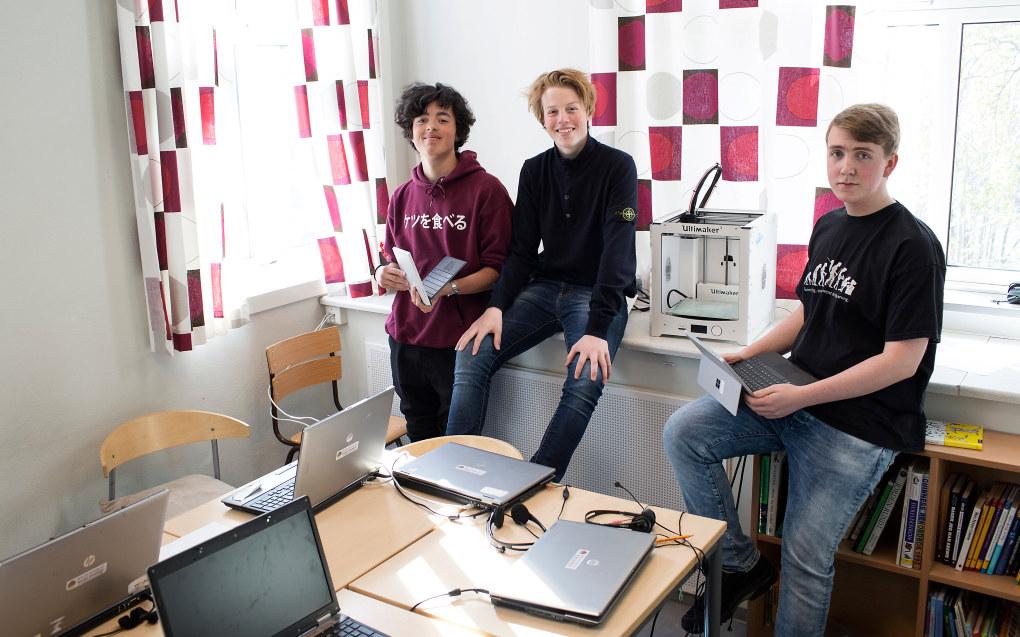 Andreas Krogrud, Ola Schei og Sebastian Lavik ved Rothaugen skole i Bergen har de siste tre årene hatt en annen skolehverdag enn de fleste andre ungdomsskoleelever. – Du gleder deg til å komme på skolen, sier Andreas, og de to andre er helt enige i det. Foto: Silje Katrine Robinson