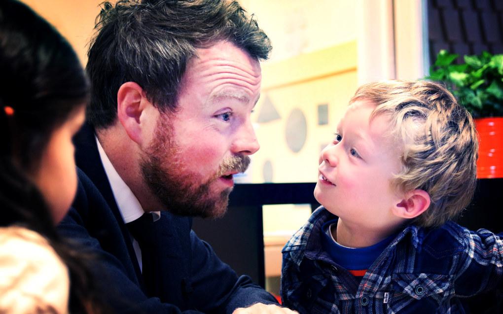 Kunnskapsminister Torbjørn Røe Isaksen sendte i dag et forslag ut på høring om en nasjonal bemanningsnorm i barnehagen. Bildet er tatt under et besøk i Skillebekk barnehage i fjor høst. Foto: Jørgen Jelstad