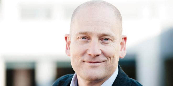 Portrett av en smilende  Steffen Handal, leder i Utdanningsforbundet.