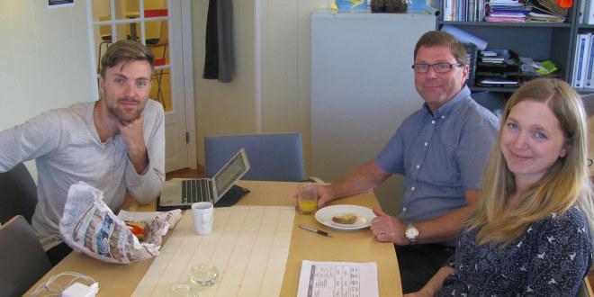 Egil Reinemo, Inger Marie Kleppan Georgstad og Martin Løken rundt et bord.
