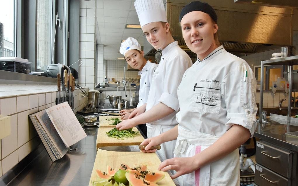 Joachim Hjellnes, Kristian Berger Nilsen og Andrea Lovise Nygaard satser alle på en karriere som gourmetkokker. Foto: Wenche Schjønberg