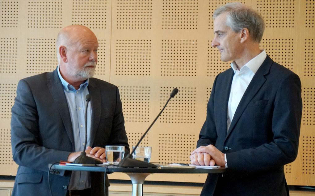 Ap-leder Jonas Gahr Støre vil ikke forby utbytte fra private barnehager. Her er han i samtale med nestleder i Utdanningsforbundet, Terje Skyvulstad. Foto: Marianne Ruud