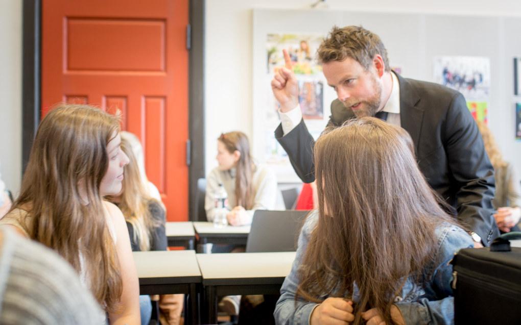Kunnskapsministeren i dialog med Maria og Isolde som er elever ved Edvard Munch videregående skole i Oslo. Regjeringen er uenig med Unge Høyre som fortsatt vil jobbe for å få eksamen flyttet til før russeferiringen. Foto: Hans Skjong
