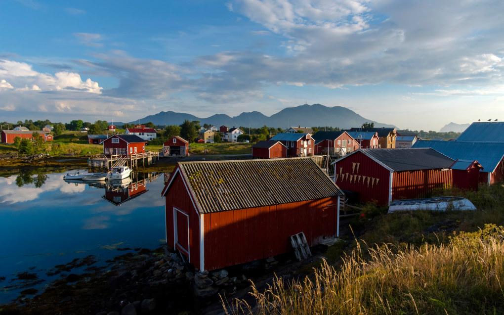 Forfatteren mener verdensarven er et velegnet tema for klasserommet. Avbildet er havnen mellom Husøya og Kirkøy på Nes, Vega, som er på Unescos verdensarvliste. Foto: Ove Bergersen / NN / Samfoto