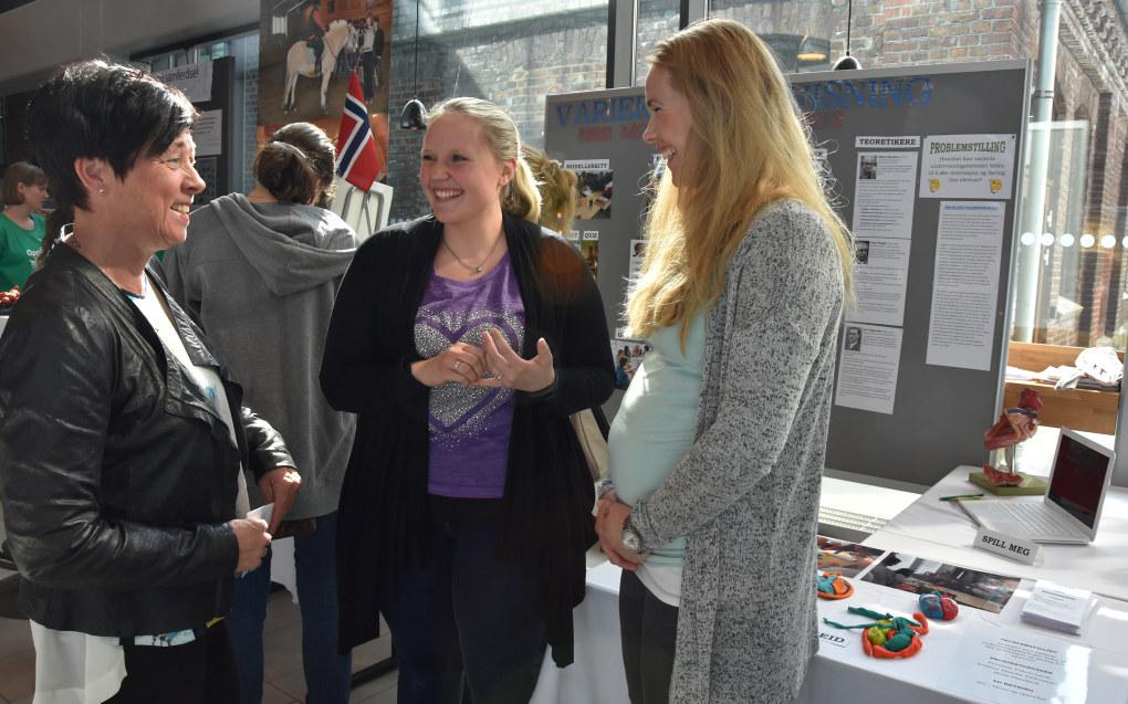 Praten går lett mellom Eva Skoglund Strønen og Kristine Samdal Andreassen og Mette Døssland. De er alle sykepleiere, og brenner for å lære det bort. Foto: Wenche Schjønberg